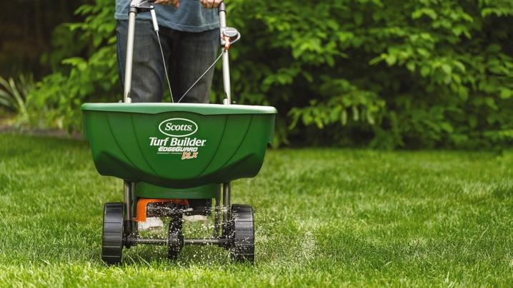 How to Plant Bermuda Grass: fertilizing lawn
